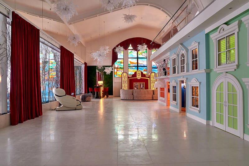 Просторная игровая зона в виде Диснейленда с отдельными домиками для каждого ребёнка