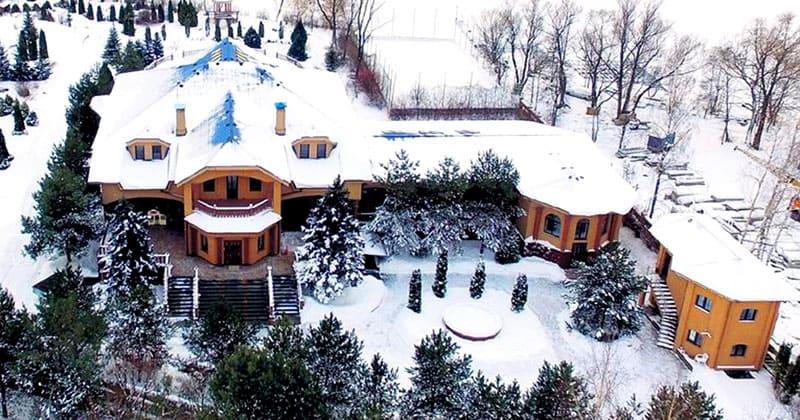 На участке для прислуги построен отдельный домик площадью 170 м²