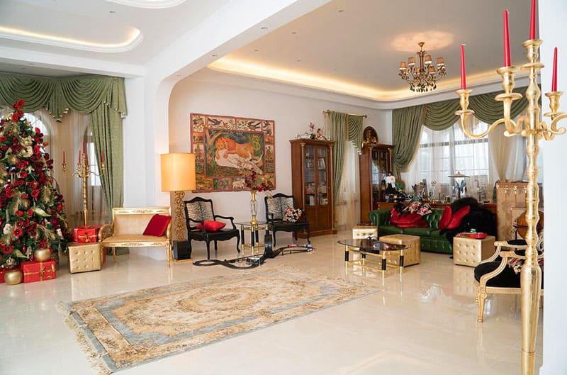 Гостиную украшают картины и декоративные работы в стиле поп-арт знаменитого дизайнера из Германии Хоффмана