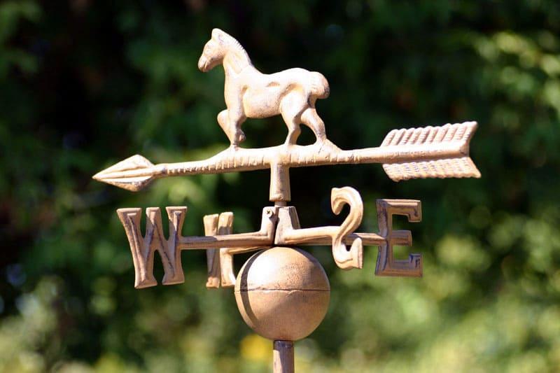Часто декоративные флюгеры и вовсе жёстко фиксируются на крыше и не вращаются от ветра