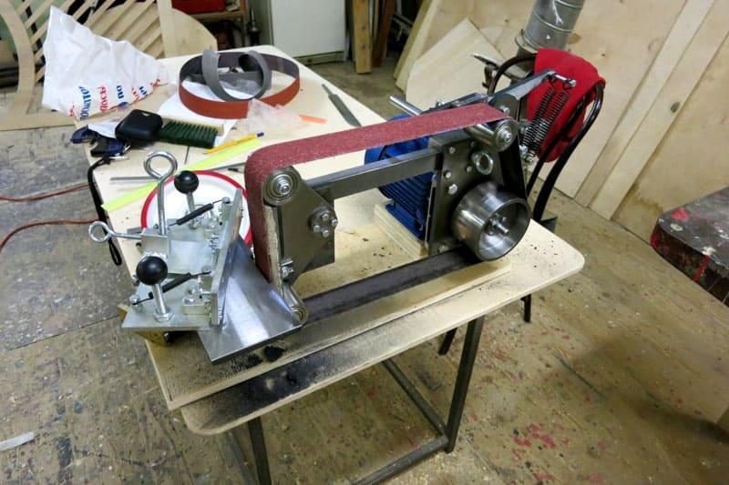 Гриндер «от Чапая» − универсальный станок с поворотным прижимным столом, который позволяет обрабатывать разные поверхности
