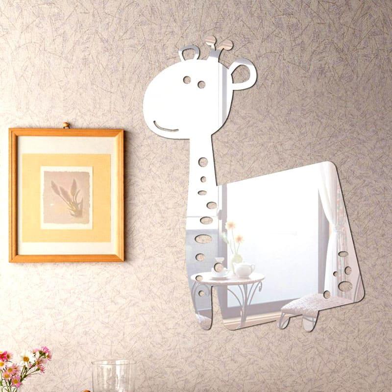 Зеркало в виде смешной фигурки внесёт в оформление детской свою нотку позитива