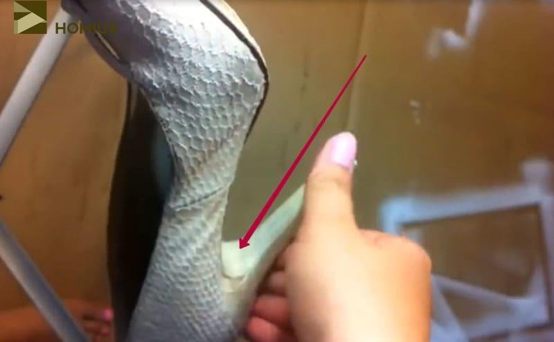 Обклеить важно как наружную поверхность туфель, включая каблуки и подошвы, так и внутреннюю