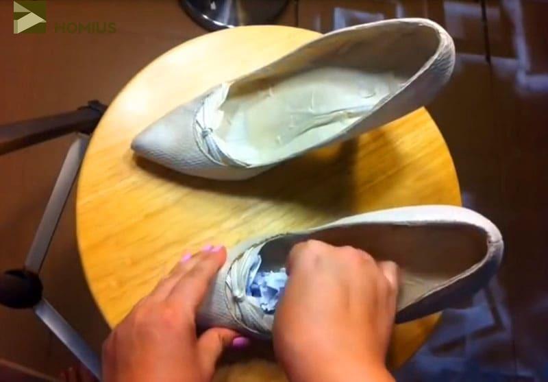 Набиваем мятой бумагой туфли, чтобы придать им идеальную форму. Это важно при окрашивании
