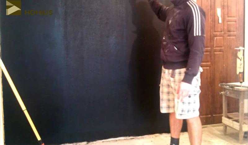 Готовая стена, на которой можно рисовать мелками или крепить различные бумажные записи на магниты