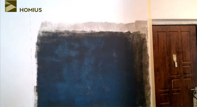 После нанесения второго слоя необходимо дать стене полностью высохнуть