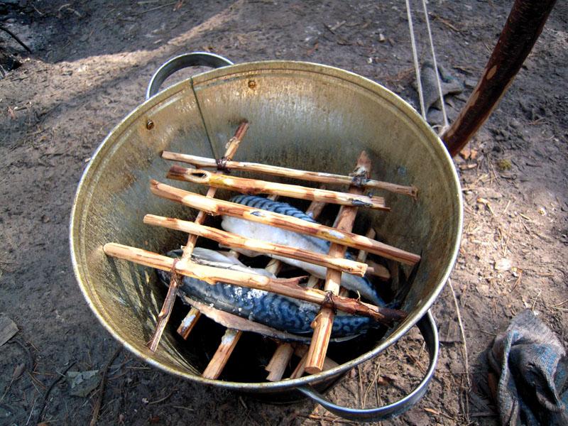 Если у вас есть свободное ведро или старая кастрюля, то коптить можно прямо в нем, установив его на газовую горелку