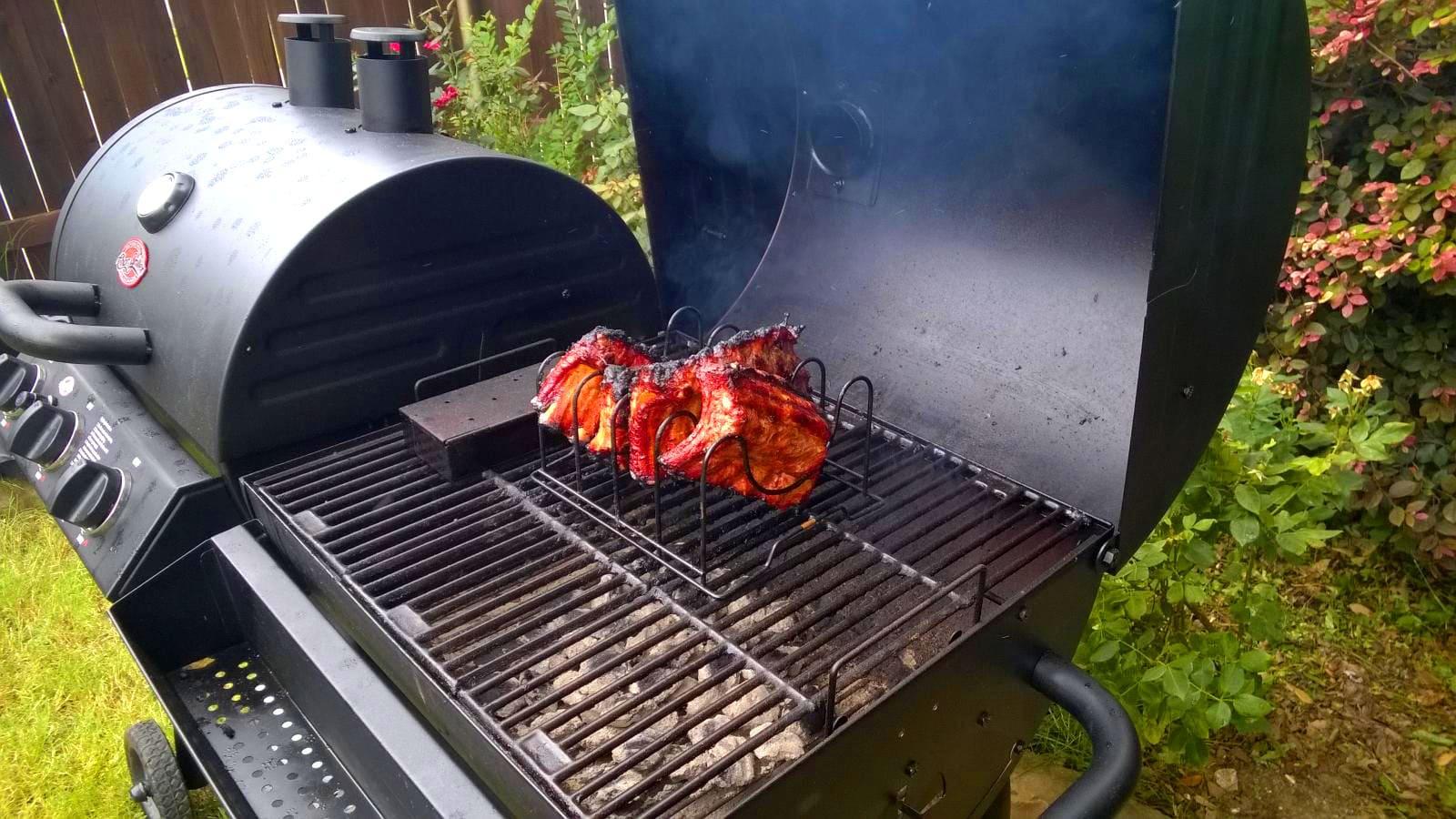 В такой коптильне можно приготовить деликатес из рыбы, мяса