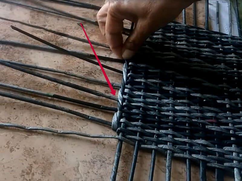 Далее оплетаем границы основания прямой веревочкой