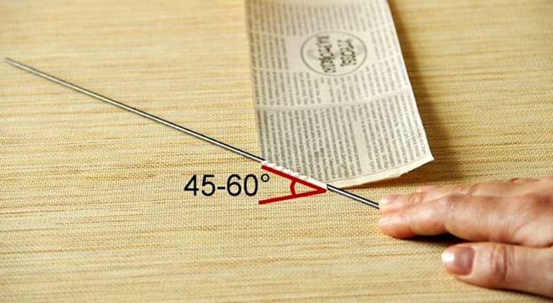 Для работы нам понадобятся: запас двойных листов газеты определенного размера и вязальные спицы. Важный момент – соблюдать необходимый угол скучиванья газет