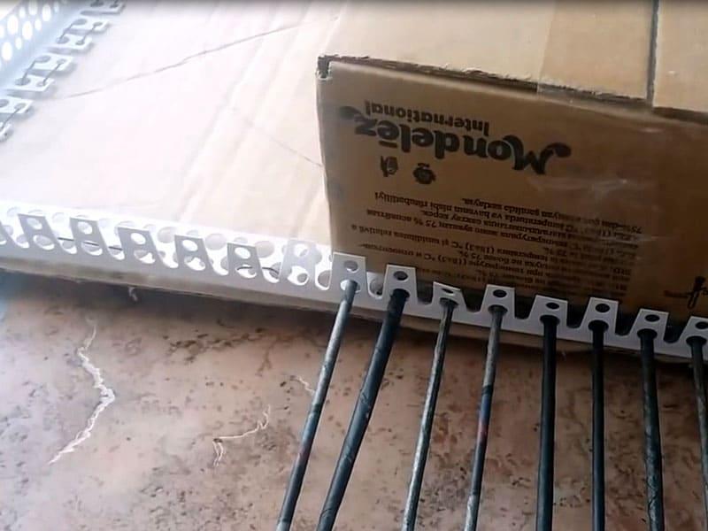 Укладываем нашу основу на станок, отмечаем размер основания, убираем коробку