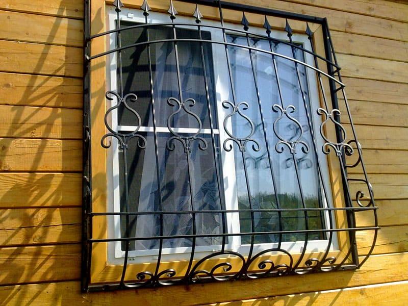 Полезные мелочи: корзины и решётки на окна в квартирах без балкона