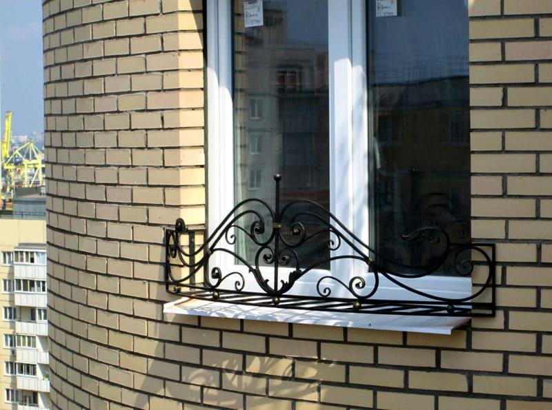 В отличие от решёток на окна, они не закрывают всё окно, а только часть