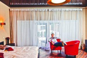 Как живут наши юмористы: квартира Сергея Светлакова в Москве и вилла в Прибалтике
