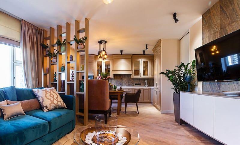 В зоне гостиной установлен дизайнерский кофейный столик с биокамином