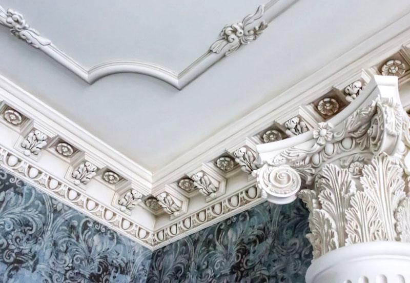 Оформление лепниной потолка и стен