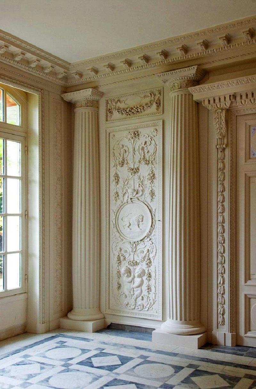 Оформление холла настенным и потолочным декором