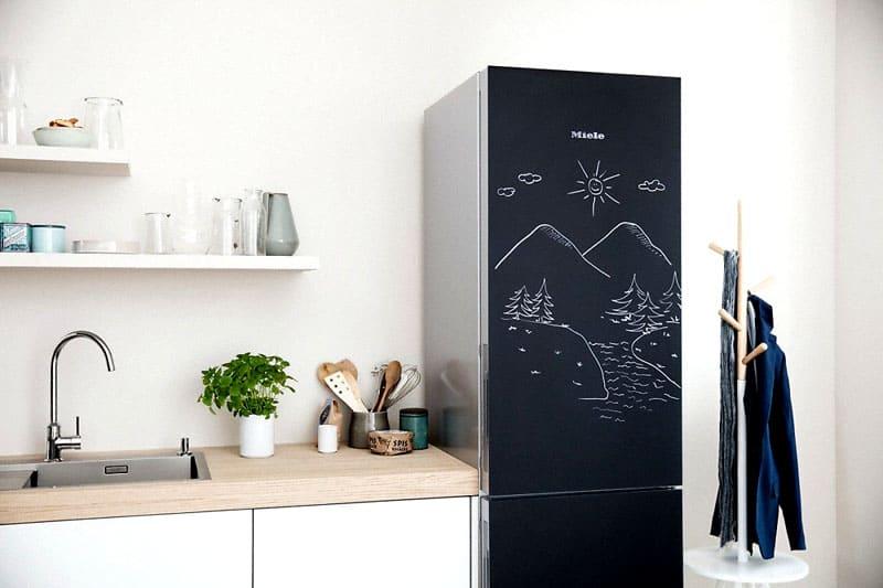 Грифельную краску можно нанести даже на холодильник