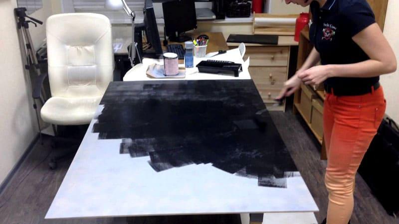 Для создания прочного покрытия лучше наносить не один, а несколько слоёв краски. Проще всего наносить краску на листы гипсокартона