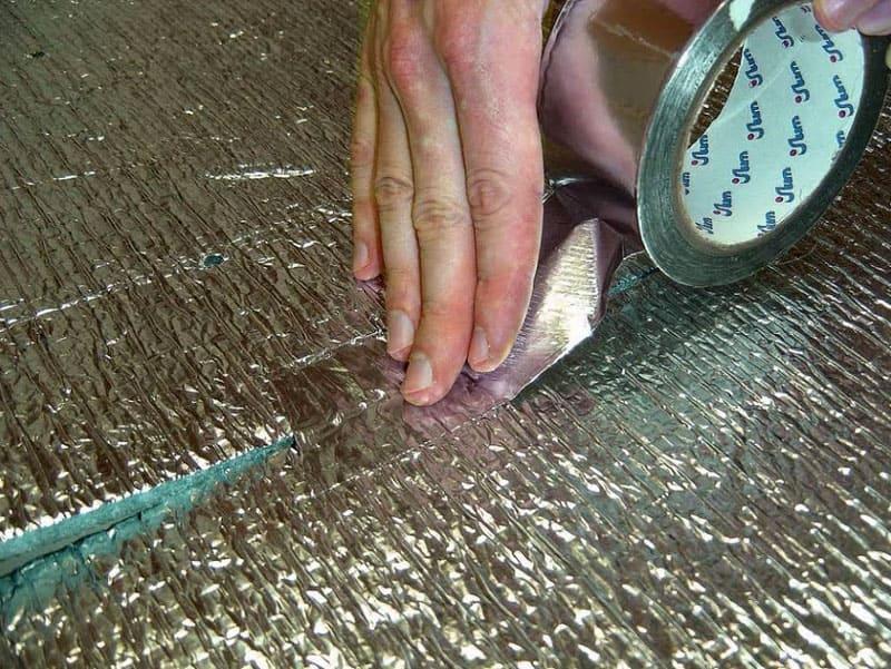 Для соединения элементов используется специальная лента