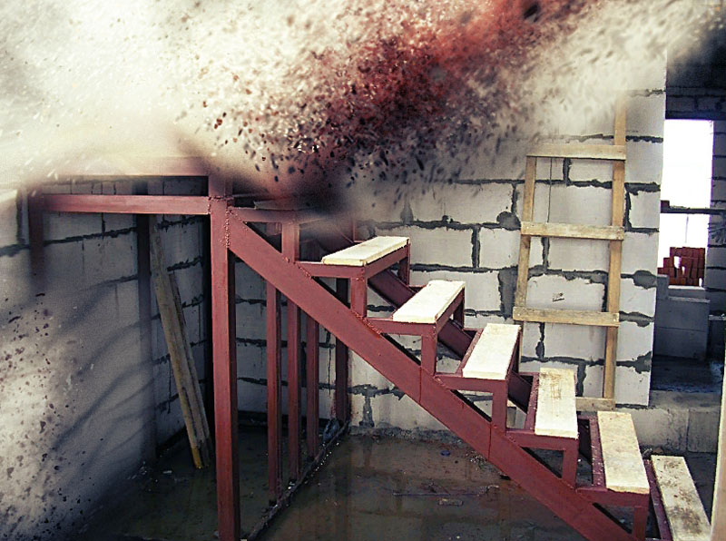 Металлическая лестница в сарае