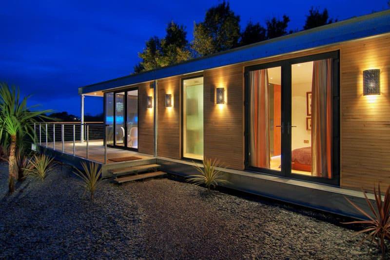 Если вы хотите использовать модульные конструкции для постоянного проживания, выбирайте конструкции с дополнительной проводкой, утеплением и блоками для санитарных нужд