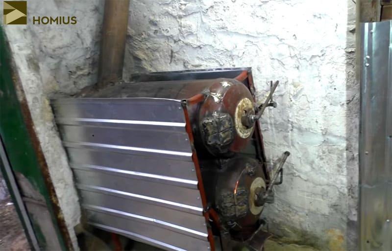 Дымоход был выведен под небольшим наклоном в сторону стены, а далее – на улицу (под потолком гаража)