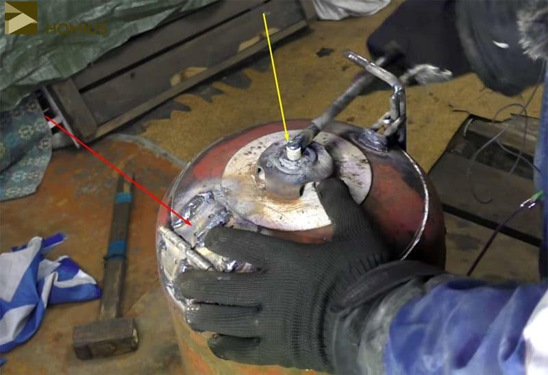 Красная стрелка – петли (2 шт.), жёлтая – запорный механизм, который можно полностью вывернуть