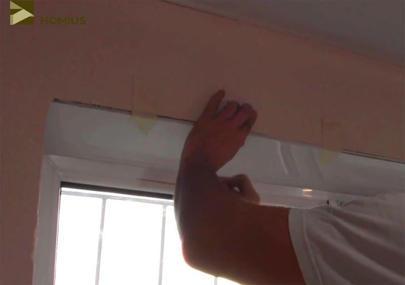 Откос был плотно закреплён скотчем к верхней части стены