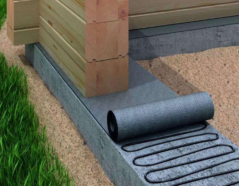 Отсечная гидроизоляция эффективна даже в домах, выполненных из бруса