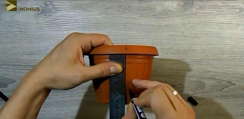 Размечаем пластиковый горшок небольшого размера