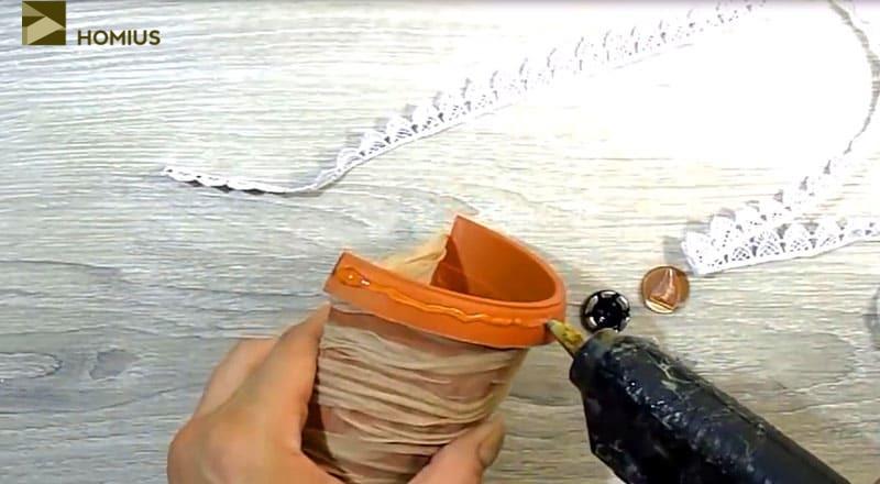 После того, как клей просохнет, оформляем горшочек с помощью декоративной ленты
