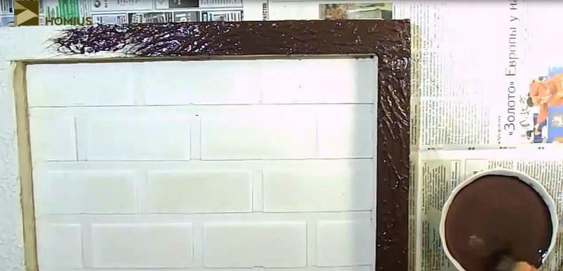 Оформляем рамку панно такой же тёмной краской
