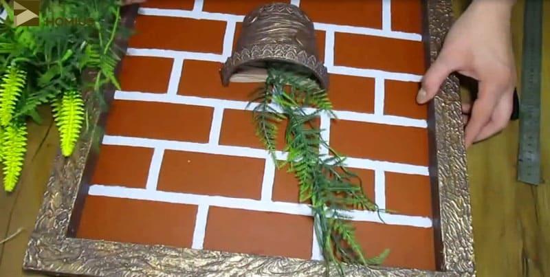 Размечаем все декоративные элементы панно и закрепляем их на жидкие гвозди