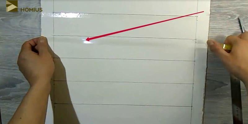 С помощью скотча проклеиваем те участки, которые будут формировать будущую кирпичную кладку. Не забываем оставлять «хвостики» для удобного отклеивания скотча