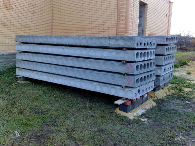 При выборе места для складирования, лучше избегать влажных участков и низин