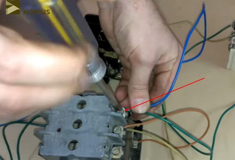 Подключение провода для подачи питания на второй пускатель