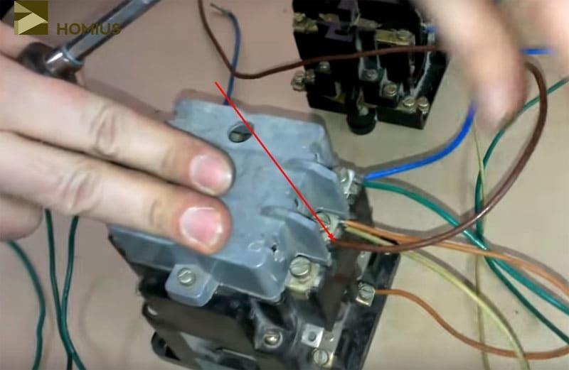 Подключение коричневого провода на контакт «L2» рабочего пускателя