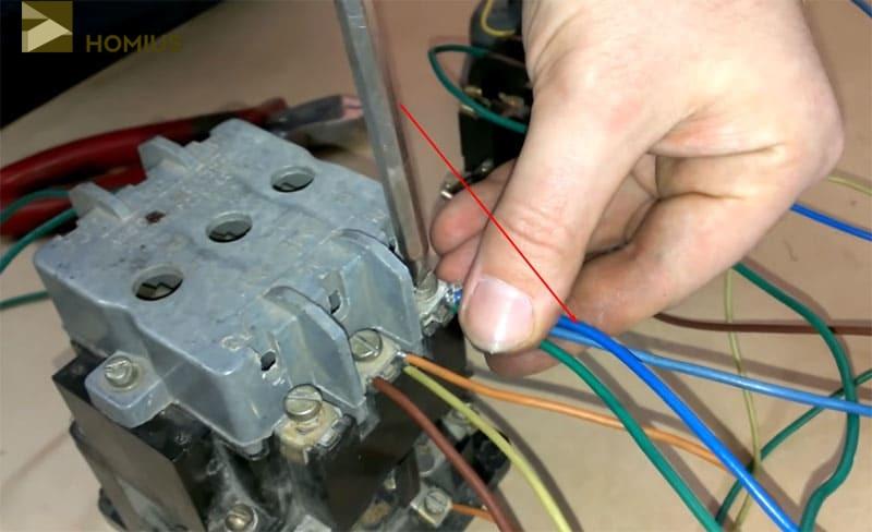 Присоединяем один конец перемычки к фазной клемме («L1») и протягиваем контакт