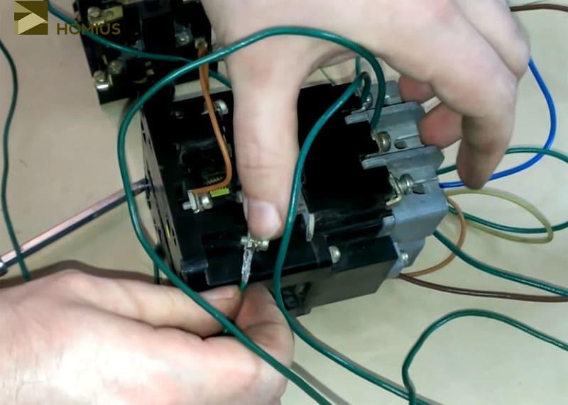 Коммутация с постоянно разомкнутым контактом катушки рабочего пускателя