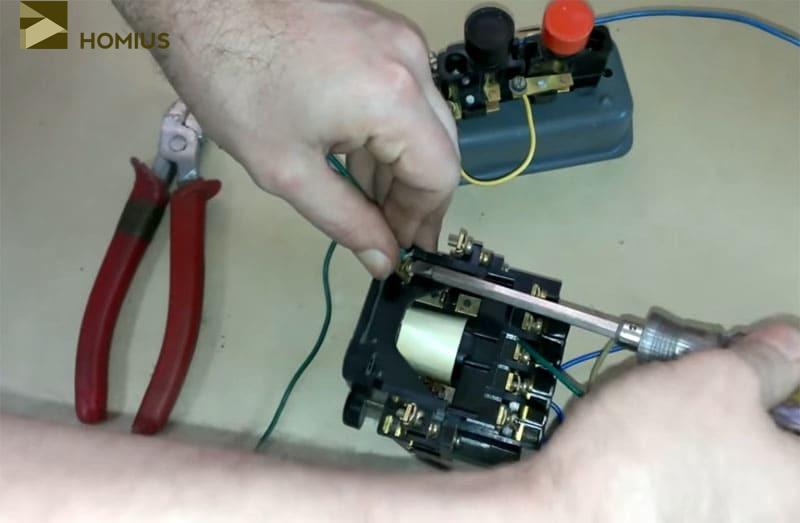 Второй конец этого провода коммутируется с клеммой катушки дополнительного пускателя