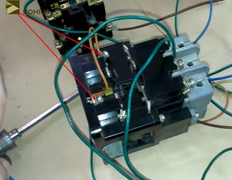 Перемычка блокировочного контакта позволяет цепи оставаться замкнутой после того, как отпущена кнопка «ПУСК»