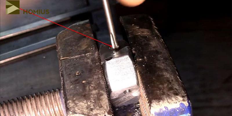 Нарезаем резьбу М4 в просверленных отверстиях гайки