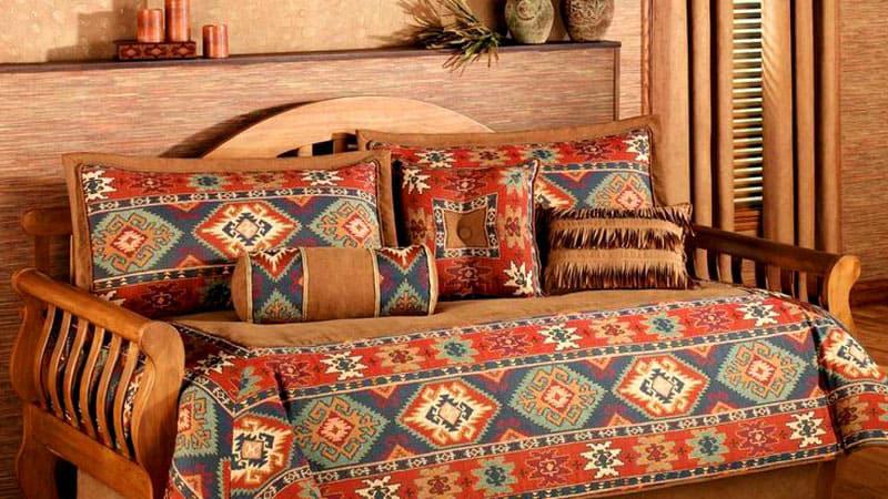 Ковёр на диване будет органичным решением для деревенского или восточного стиля