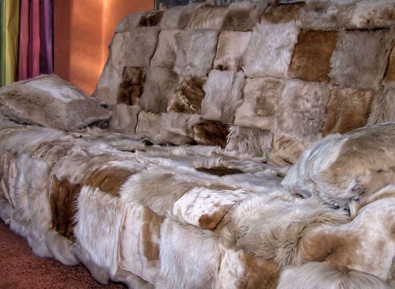 Такие покрывала в комплектации с подушками создадут необходимое впечатление богатства и презентабельности