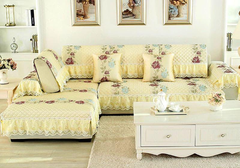 Такой гарнитур состоит из отдельных накидок на подушки и сиденья с ажурными кружевами по периметру
