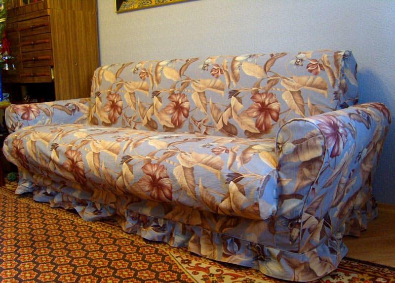 Такое покрывало подходит складным диванам с объёмными подлокотниками. Оно удачно впишется в любую обстановку