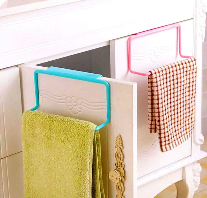 Если вам лень сверлить стену для того, чтобы повесить полотенца – такой крепёж на дверь вам точно понравится