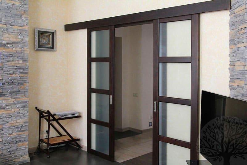 Вариант закрывания двери зависит от типа раздвижного механизма