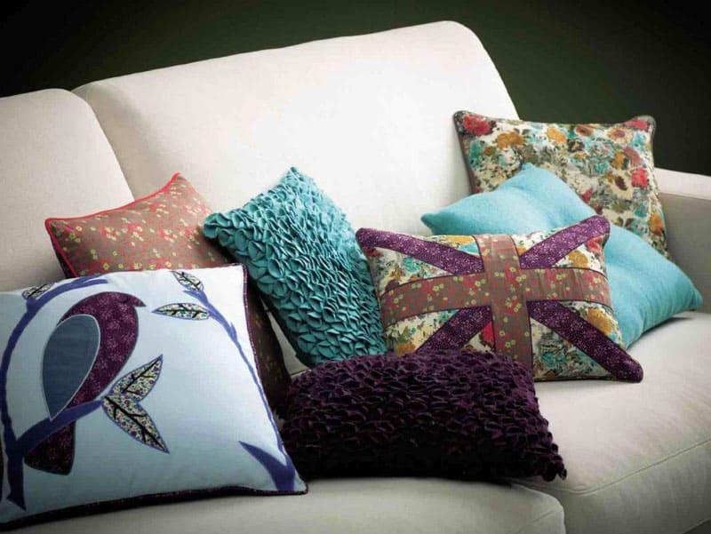 Не используйте для сна декоративные подушки. Неровные поверхности не только могут нарушить ваш сон, но и часть декоративного рисунка может оставить видимый след на лице